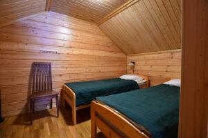 Makuuhuone yläkerrassa Ylläs-Niiles